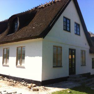 Facaderenovering af bevaringsværdig bygning: Komplet renovering af facade på bevaringsværdig gård - sandblæsning, filtsning og kalkning