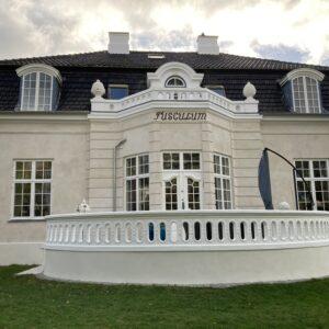 Komplet facaderenovering med sandblæsning, pudsning af facade med indfarvet kalk og hvidmaling af træværk