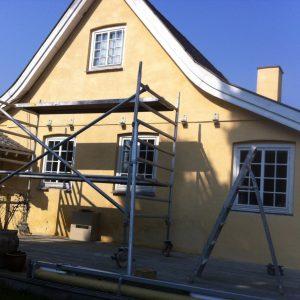 Facaderenovering: Fuldkommen renovering af facade - fræsning, udbedring af sætningsrevner, finpuds og kalkning.