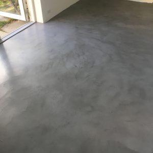 Støbning af gulv og behandling med Conteco beton i farven Concrete Intense