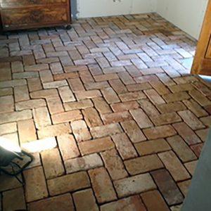 Projektet omfattet lægning af gulv i sildeben og efterfølgende fugning med kalkmørtel