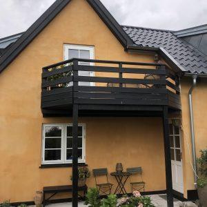 Pudsning af ældre hus og kalkning af facaden i farven jernvitriol