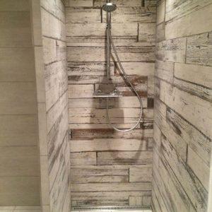 Klinker i brusenische: Støbning af gulv i badeværelse samt lægning og opsætning af klinker i badeværelse og brusenische