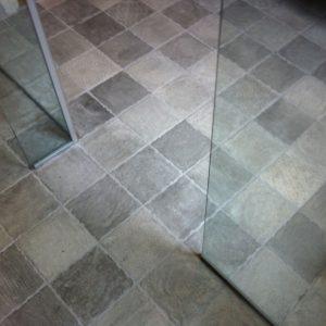 Badeværelse: Støbning af gulv og lægning af klinker i badeværelse