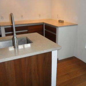 Opmuring af køkken: Opmuring af køkken i gasbeton, spartling, finpuds og maling. Desuden finpudsning og maling af køkkenvægge samt installation af køkkenelementer.