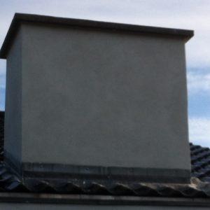 Renovation af skorsten: Udskiftning af løse mursten og finpudsning af skorsten i hvid indfarvet mørtel