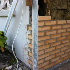 Ydermur: Opmuring af ydermur - isætning af murpap på fundament, opmuring og pudsning.