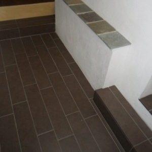 Gulv og klinker indendørs: Støbning af gulv og trappetrin og nedlægning af fliser